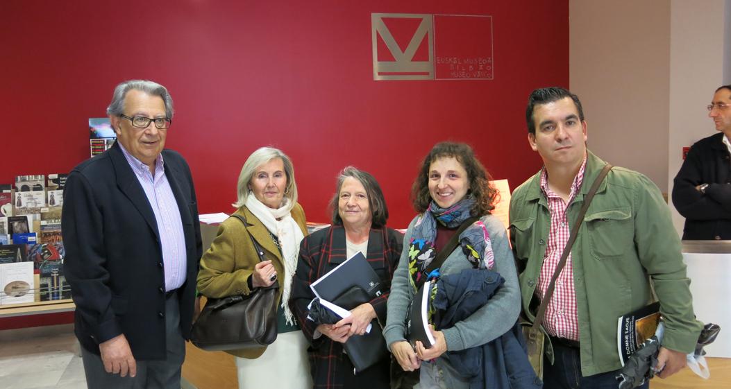 ©EMBMV. A. López Echevarrieta con familiares de los hermanos Azcona y del actor Julián Salamanca