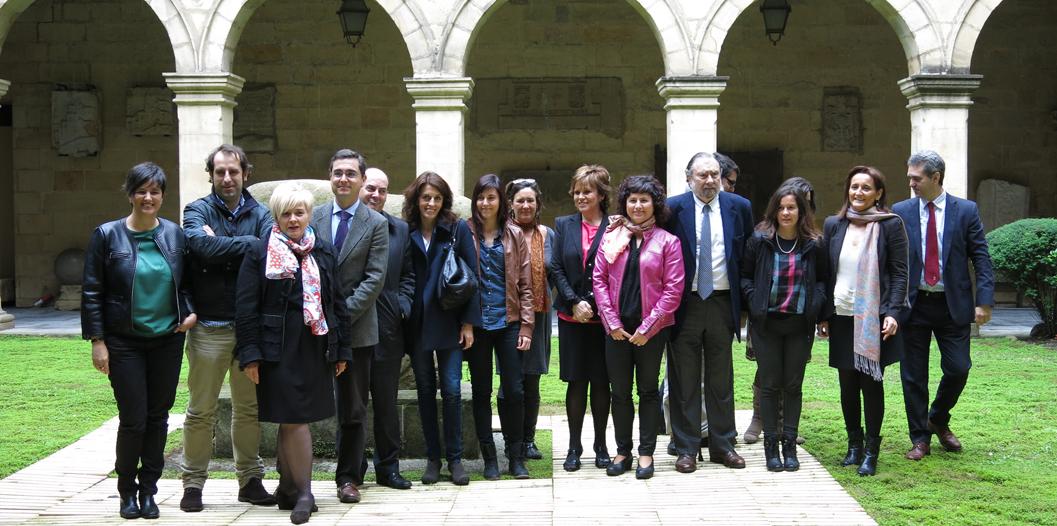 La diputada Foral de Cultura de Bizkaia, Miren Josune Ariztondo y los diecinueve  responsables de los museos de Bizkaia  durante el acto de presentación del DIM 2014